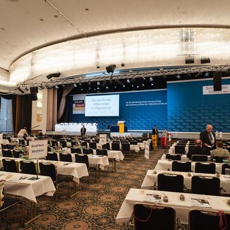 Plenarsaal mit Blick auf die Bühne