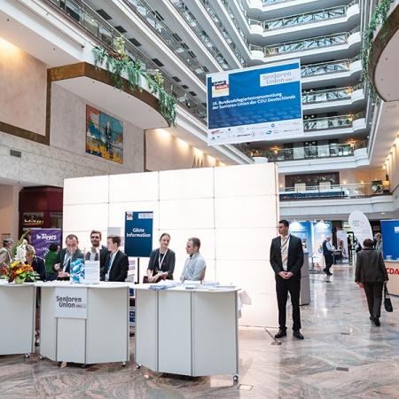 Foyer des Maritim Hotels in Magdeburg - Blick auf das Tagungsbüro und den Ausstellerbereich