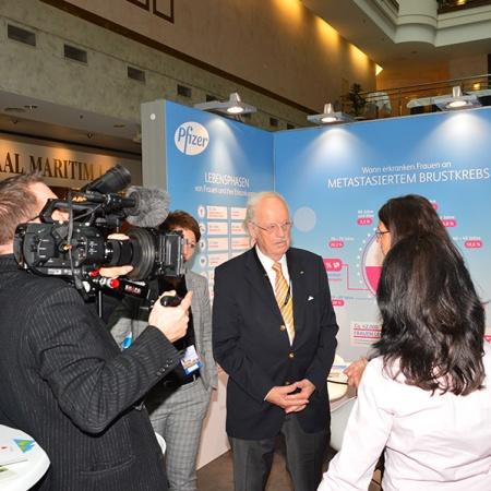 rof. Dr. Otto Wulff im Interview bei Aussteller und Sponsor Pfizer