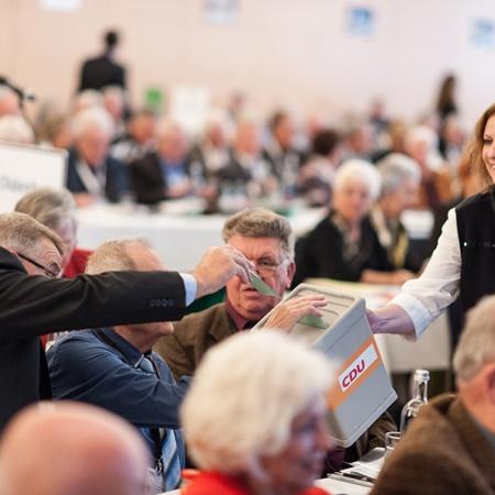 Delegierte der 16. Bundesdelegiertenversammlung bei der Stimmabgabe
