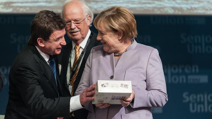 Überreichung eines Präsentes an die Bundeskanzlerin und Bundesvorsitzende der CDU - Heinz Soth, Prof. Dr. Otto Wulff, Dr. Angela Merkel (v.l.n.r.)